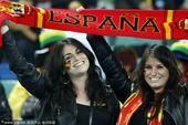 高清图:西班牙首次进决赛球迷欢呼 姐妹花兴奋