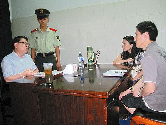 文强被执行死刑前4小时,本报记者在其监室里,与他面对面地交流。严雯摄