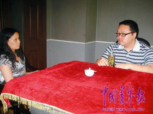 本报记者在茶楼里采访文强的儿子文伽昊。本报记者 田文生摄