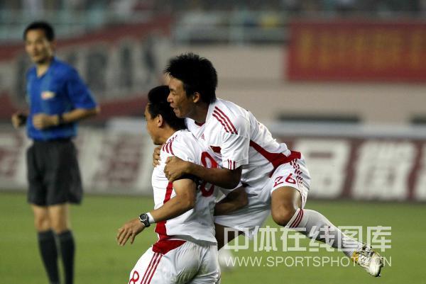 图文:挑战赛国奥2-3青岛 张远祝贺张健