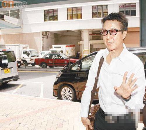 寇鸿萍老公梁廷锵向记者挥手,拒绝采访-前港姐丈夫迷奸案今公布 酒图片