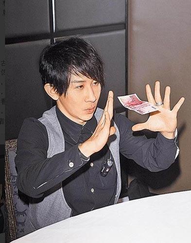 刘谦表演钞票漂浮