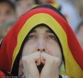 高清图:德西大战球迷百态 日耳曼球迷伤心落泪