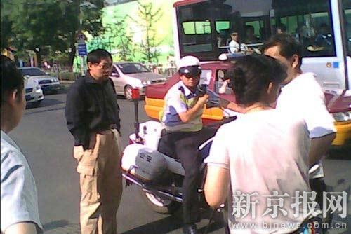 任志强(左二)驾车发生事故后,交警到达现场处理。读者供图