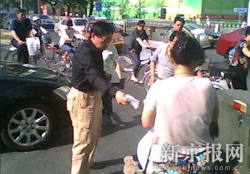 任志强(左)在事故现场。读者供图