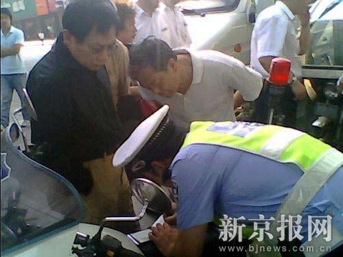 发生事故后,交警在现场进行处理。读者供图