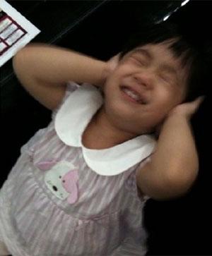 小S小女儿捂着耳朵,表情可爱