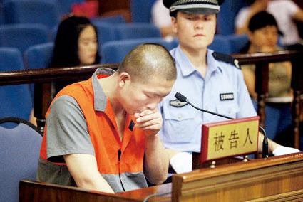 韩某坐在被告席上,情绪有点激动 摄/记者曹博远