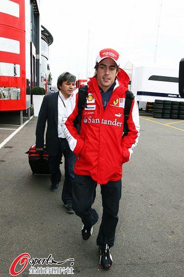 图文:F1英国站周四围场即景 阿隆索现身围场