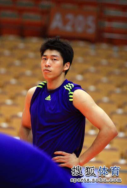 图文:中国男排赛前训练 沈琼特写