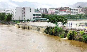 """黄冈市英山县城内的""""毕�N广场""""被雨水吞没。"""