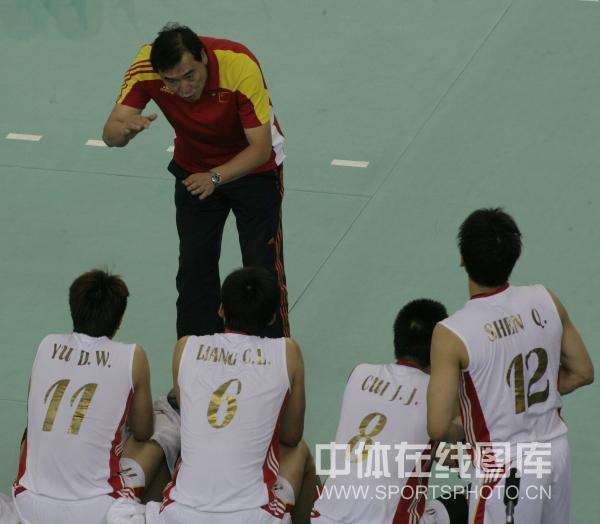 图文:中国男排2-3负法国 周建安安排战术