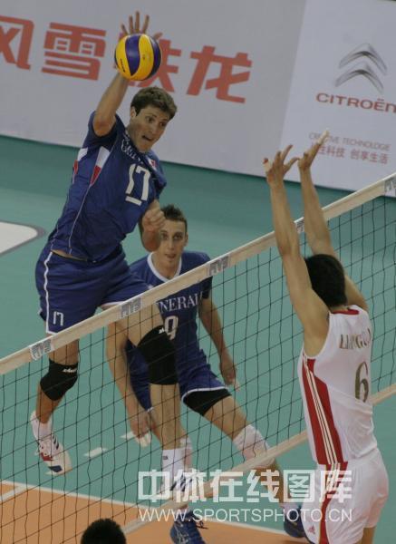 图文:中国男排2-3负法国 法国队进攻