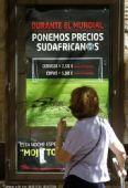 高清图:西班牙球迷预热决赛 到处见世界杯元素