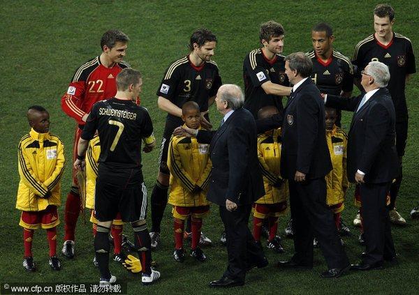 布拉特接见双方球员和教练