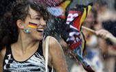 高清图:本土球迷为德国加油助威 美女湿身戏水