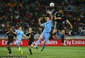 幻灯:乌拉圭VS德国 赫迪拉诡异头球抛物线入网