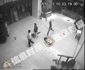 一名不明身份男子冲进大堂,向一名保安背部猛砍一刀。