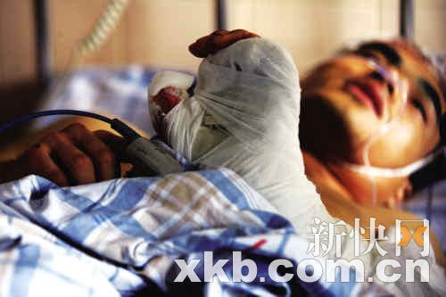 昨日,被砍伤的酒店保安仍在医院留医。