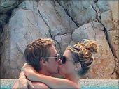 高清图:克劳奇携妻享受假期 忘情拥吻羡煞旁人