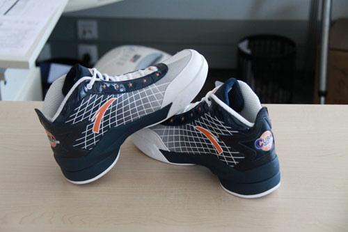 图文:安踏精美礼品展示 安踏CUBA比赛用鞋