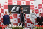 图文:F1英国大奖赛正赛 挥拳庆祝胜利