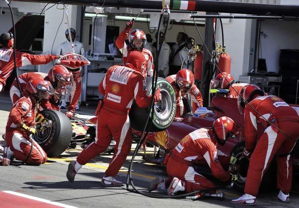 图文:F1英国大奖赛正赛 为阿隆索换轮胎