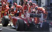 图文:F1英国大奖赛正赛 马萨遭遇爆胎