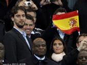 幻灯:西班牙首次捧起大力神杯 加索尔到场观战