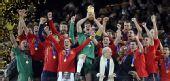 图文:西班牙登顶世界杯 队长卡西高举大力神杯