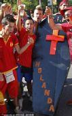 幻灯:西班牙球迷庆祝夺冠 制作棺材送荷兰回家