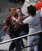 高清图:球迷斗殴爆发冲突 英格兰球迷血流满面