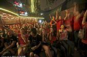 幻灯:北京球迷为西班牙喝彩到天明 庆球队夺冠