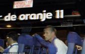 幻灯:荷兰坐大巴离开 全队均面无表情遗憾而归