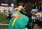 幻灯:西班牙捧杯卡西成为英雄 赛后与女友热吻