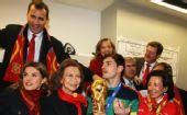 幻灯:西班牙王储更衣室祝贺球队 纳豆捧杯过瘾
