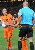 高清图:西班牙捧杯 斗牛士欢庆荷兰人怒摔足球