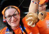 高清图:荷兰队错失大力神杯 女球迷惩罚章鱼哥