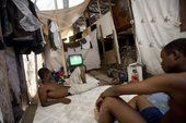 高清图:2010世界杯决赛 海地灾民棚屋观看比赛