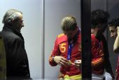 幻灯:西班牙队整装回国 拉莫斯对奖牌爱不释手