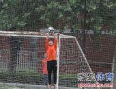 图文:[中超]中能备战鲁能 门将轻松接球