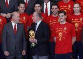 高清图:西班牙众将载誉归国 国王亲为球队颁奖