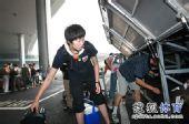 图文:中国女排总统杯赛后回国 范琳琳放置行李