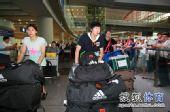 图文:中国女排总统杯赛后回国 队员大包行李