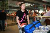 图文:中国女排总统杯赛后回国 马蕴雯走出机场