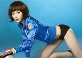 高清图:巩新亮披蓝色球衣 黄健翔赞其最美宝贝