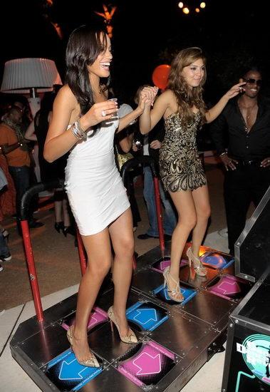 两位美女玩跳舞机