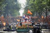 幻灯:荷兰运河巡游声势浩大 未夺冠球迷仍支持