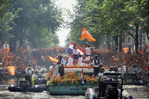 荷兰在运河上巡游庆祝(点击查看组图)