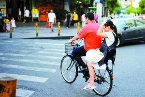 孕妇不顾危险也乘坐自行车.